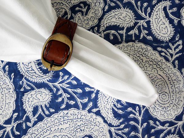 Foto Longcoast Living. Chamois Big Paisley Navy Blue duk och servettring från Balmuir.