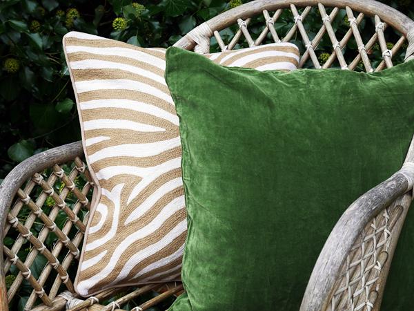 Grön sammetskudde och beige zebrakudde från Chamois.