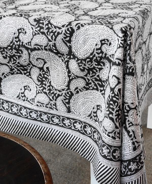 Svart och vit paisleymönstrad duk från Chamois.