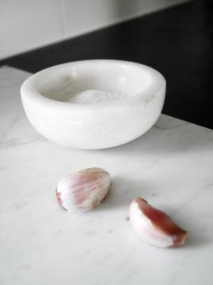 Liten skål i vit marmor.