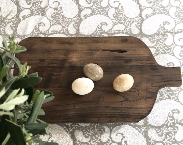 Rustik skärbräda med ägg på duk från Chamois