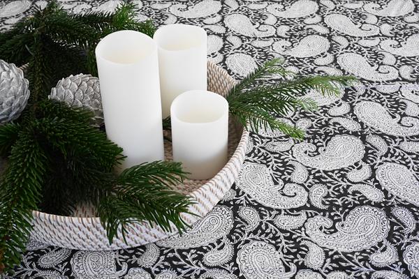 Svart och vit paisleymönstrad duk från Chamois hos återförsäljare Longcoast Living.